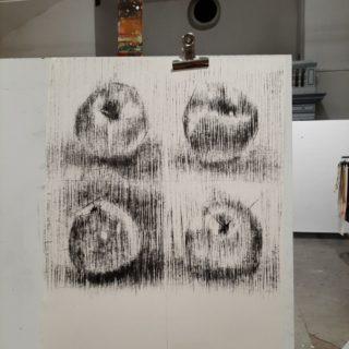 vier Äpfel, Kohlezeichnung